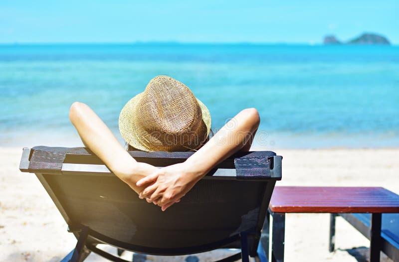 Femme de mode de vie de jour d'été détendant sur la plage image stock