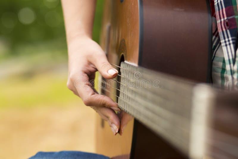 Femme de musicien et sa guitare images stock