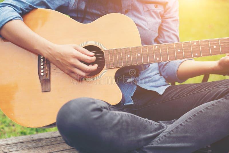 Femme de musicien et sa guitare en parc naturel, guitare de pratique images libres de droits