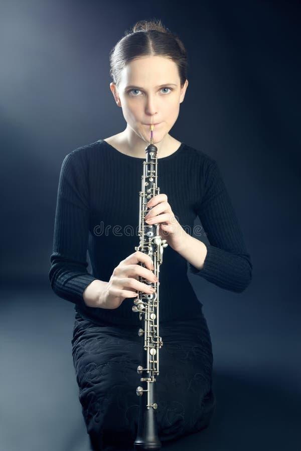Femme de musicien jouant l'instrument musical d'oboe photographie stock libre de droits