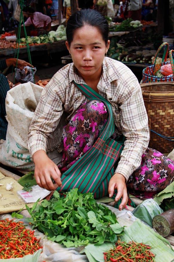 Femme de Myanmar vendant des légumes au marché photo stock