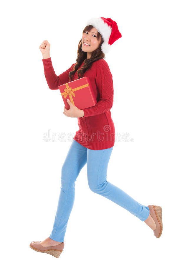 Femme de Noël courant avec le cadeau images stock