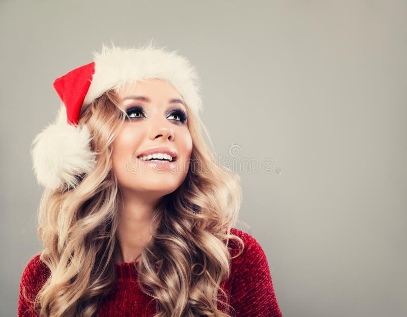 Femme de Noël en Santa Hat sur le fond de bannière photo stock