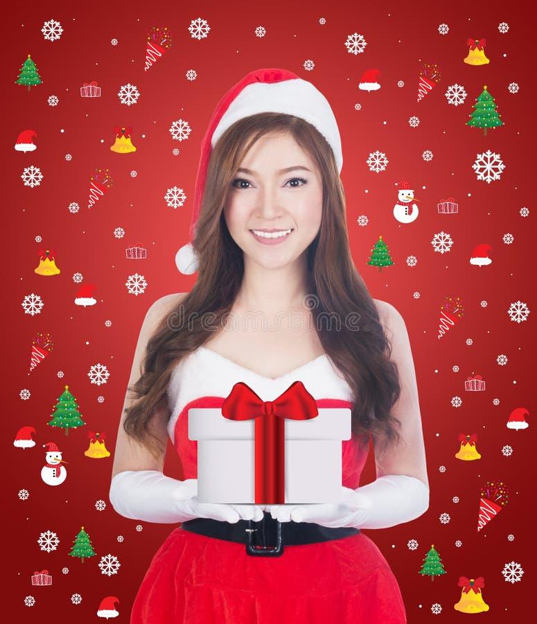 Femme de Noël tenant quelque chose souriant photos stock