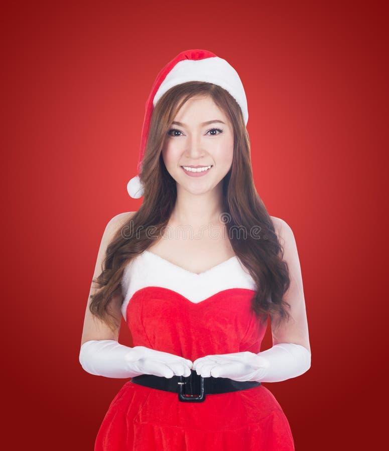 Femme de Noël tenant quelque chose souriant photographie stock libre de droits