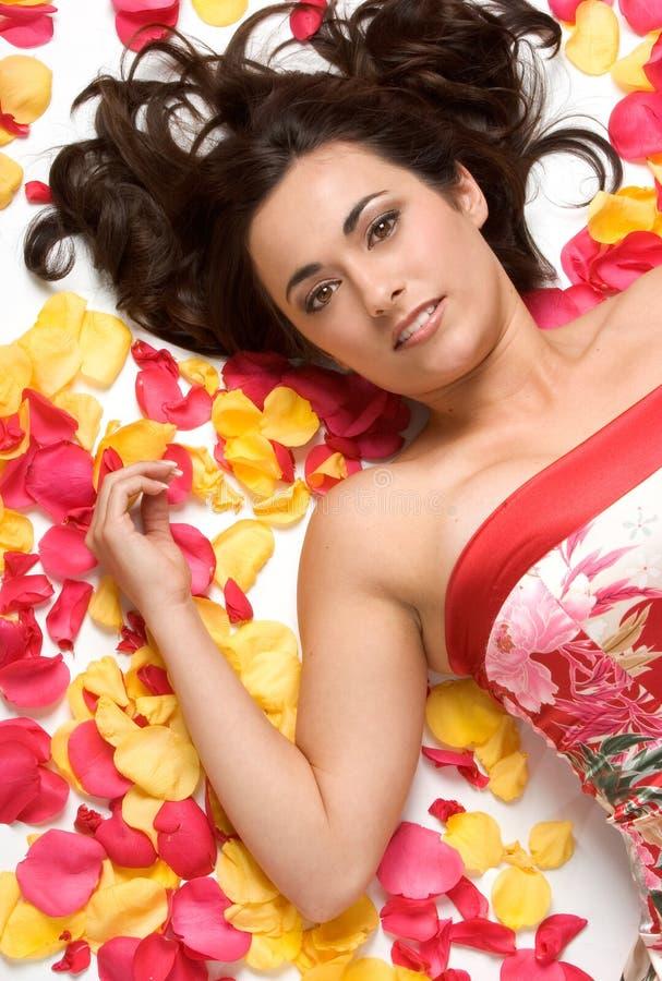 Femme de pétales de fleur photos stock