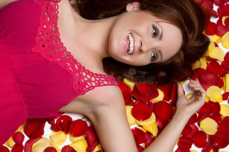 Femme de pétales de Rose image stock