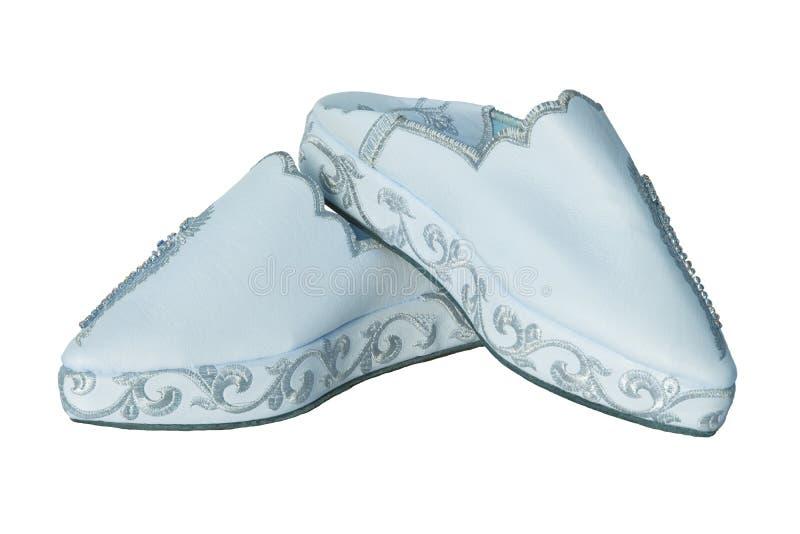 Femme de pantoufles d'isolement Plan rapproché des pantoufles de dames bleu-clair faites main luxueuses élégantes avec la belle b photos stock