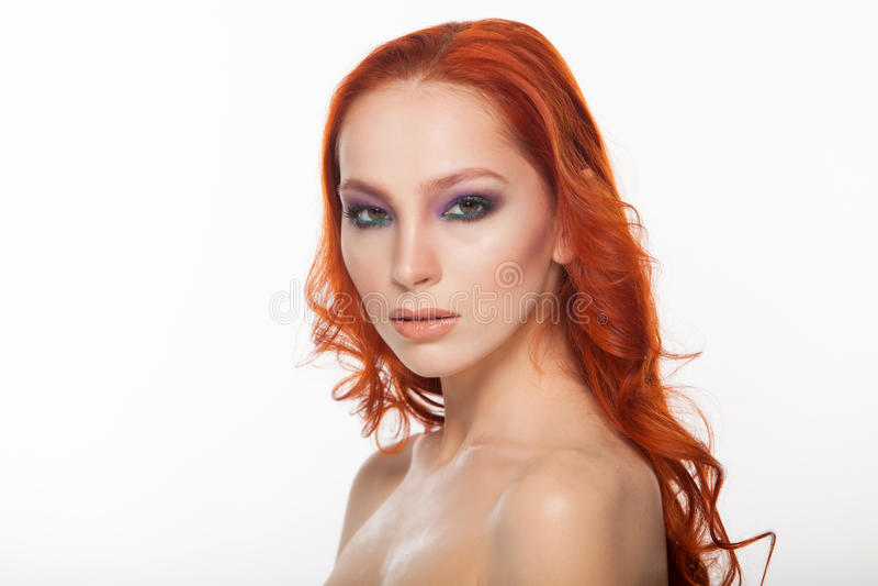 Femme de peau juste avec de longs cheveux rouges bouclés de beauté Fond d'isolement photos libres de droits