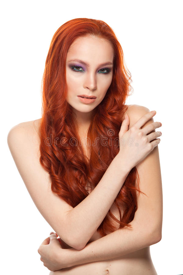 Femme de peau juste avec le long rouge bouclé de beauté photographie stock libre de droits