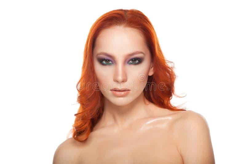 Femme de peau juste avec le long rouge bouclé de beauté photos libres de droits