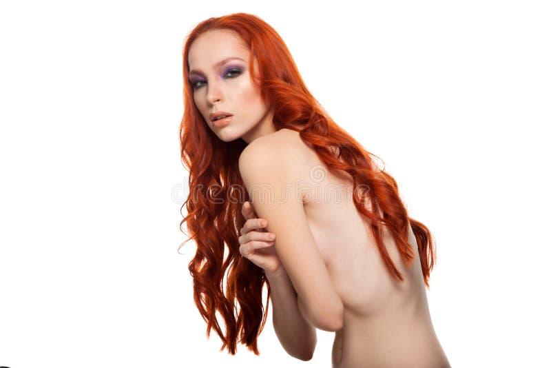 Femme de peau juste avec le long rouge bouclé de beauté images stock