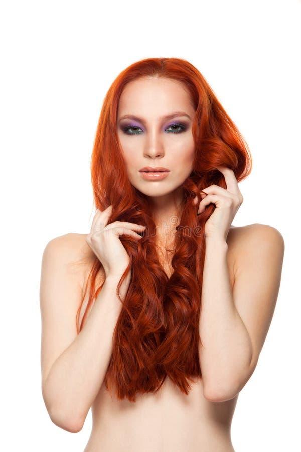 Femme de peau juste avec le long rouge bouclé de beauté images libres de droits