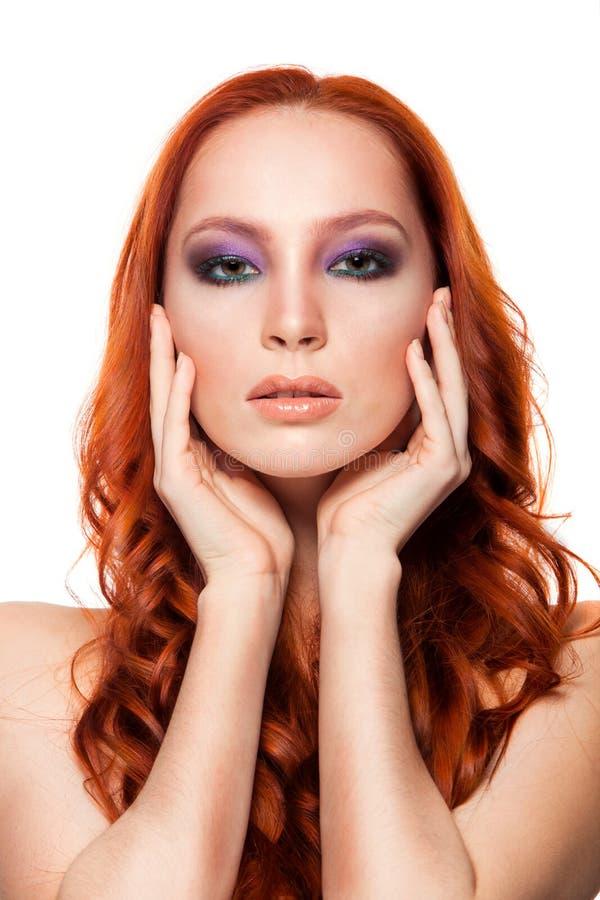 Femme de peau juste avec le long rouge bouclé de beauté photo stock