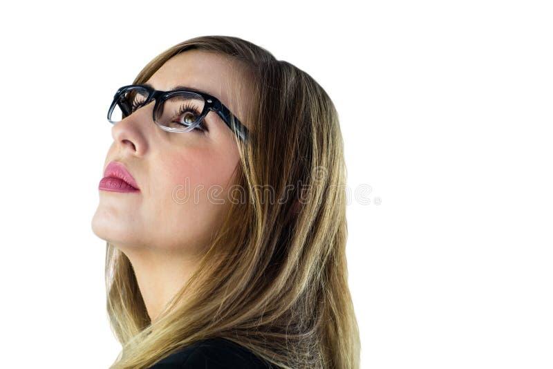 Femme de pensée avec des verres recherchant photo libre de droits