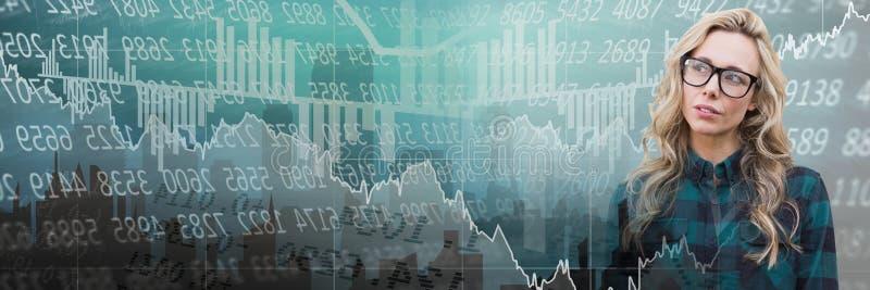 Femme de pensée avec la transition économique de graphiques de bourse des valeurs  images stock