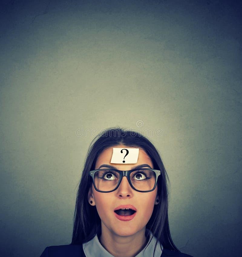 Femme de pensée avec le point d'interrogation images stock