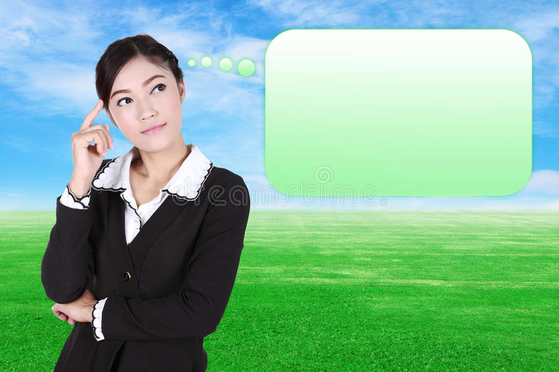 Femme de pensée d'affaires avec beaucoup d'idées dans la bulle vide images libres de droits