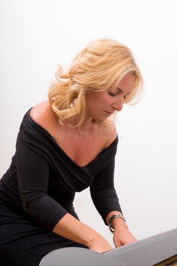 Femme de pianiste photographie stock
