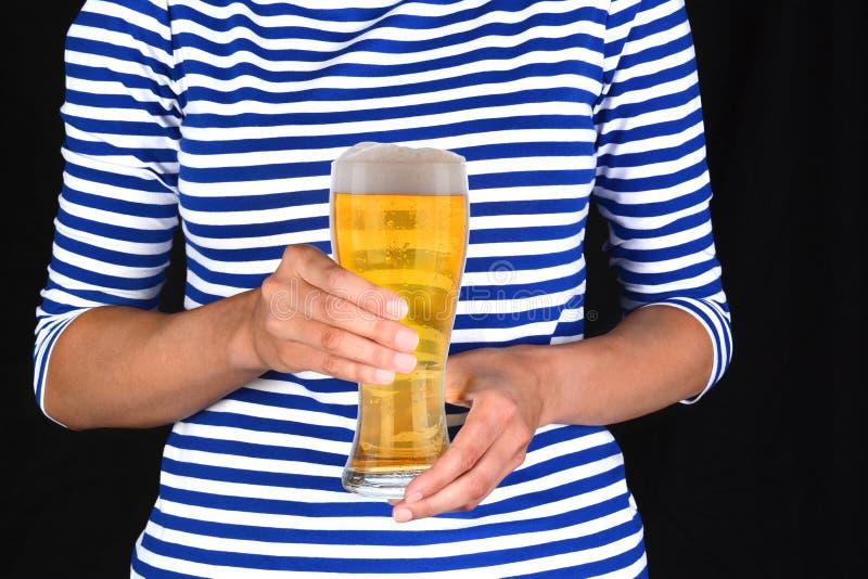Femme de plan rapproché avec le verre froid de bière images libres de droits