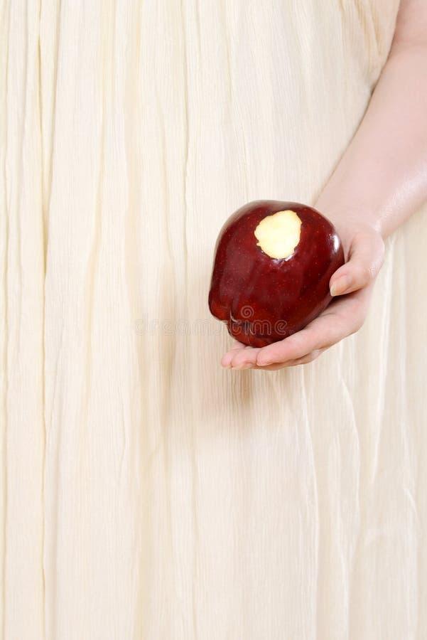 Femme de plan rapproché tenant la pomme rouge images stock