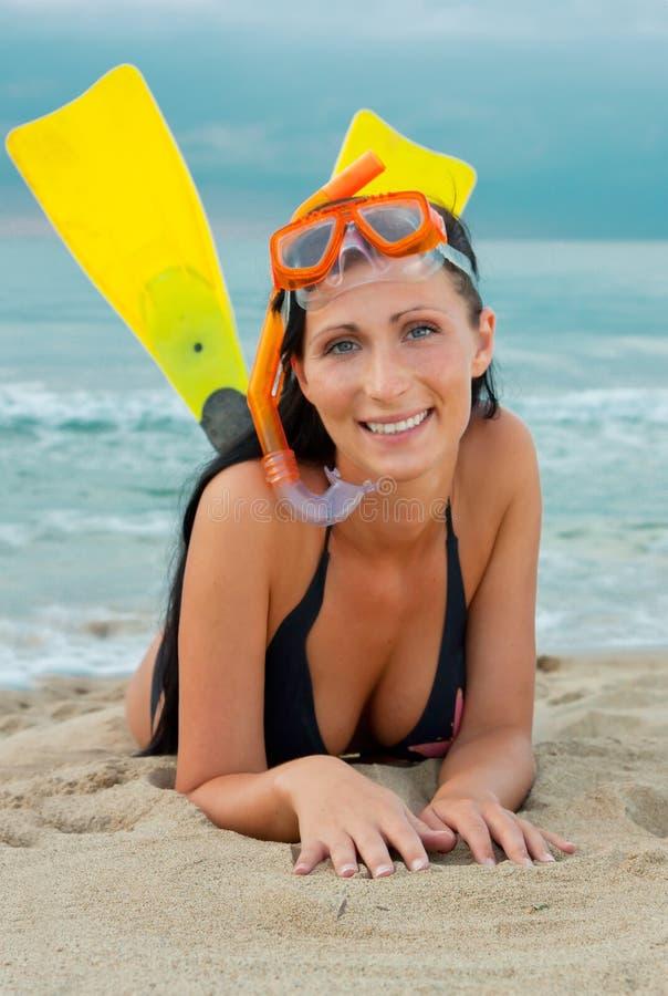 Femme de plongée de prise d'air de nageoires photo stock