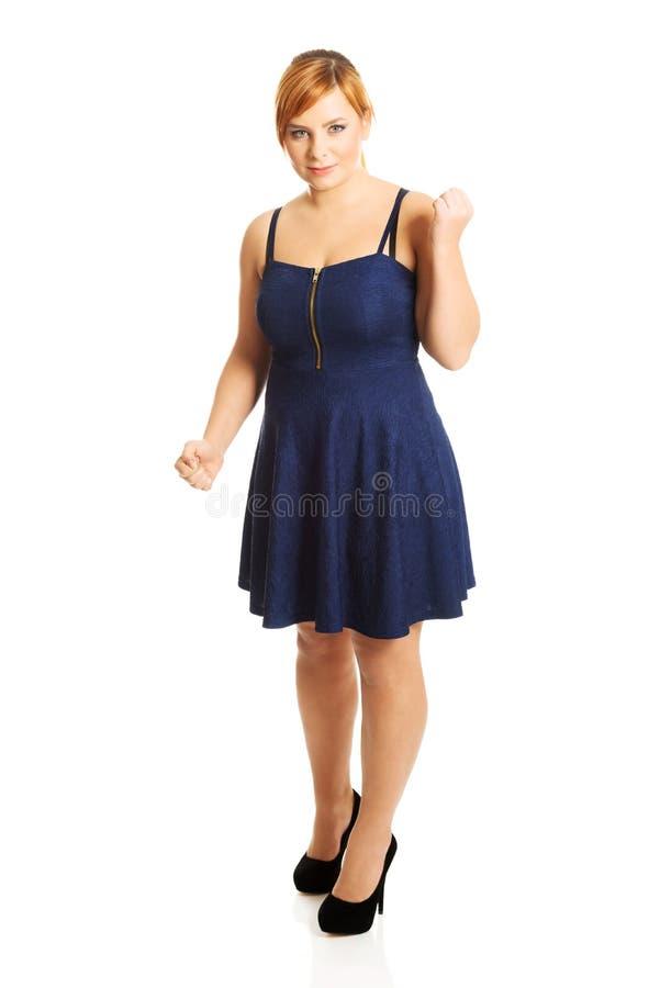 Femme de poids excessif avec ses poings  photo libre de droits