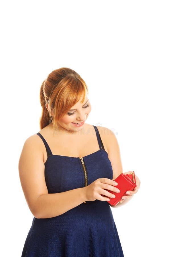 Femme de poids excessif tenant un portefeuille images libres de droits