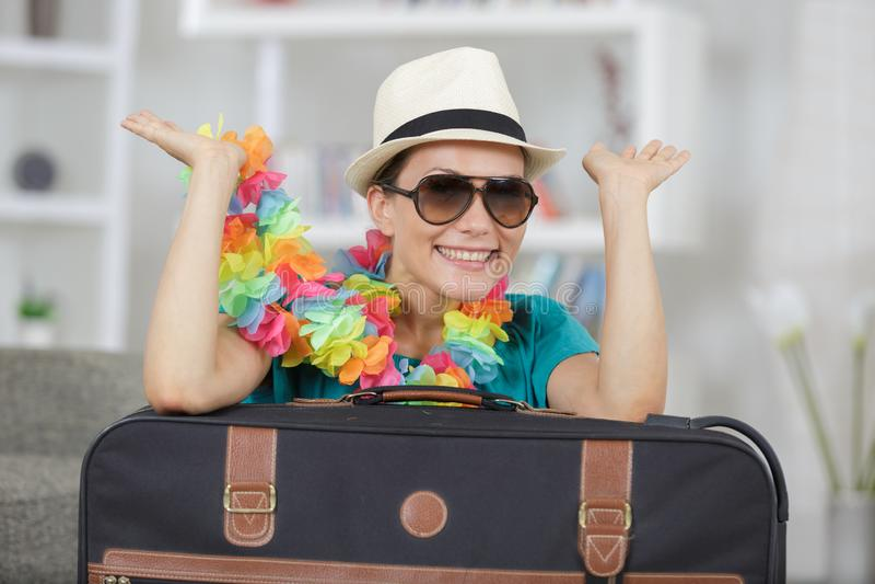 Femme de portrait avec des accessoires de valise et de voyage photographie stock libre de droits