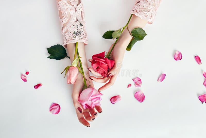 Femme de portrait d'art de mode en robe et fleurs d'été dans sa main avec un maquillage contrastant lumineux Filles créatives de  image libre de droits