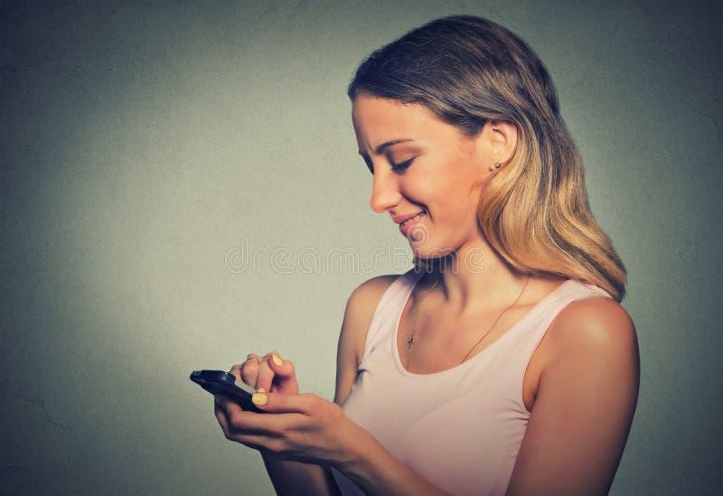 Femme de portrait employant l'APP à un téléphone intelligent image libre de droits