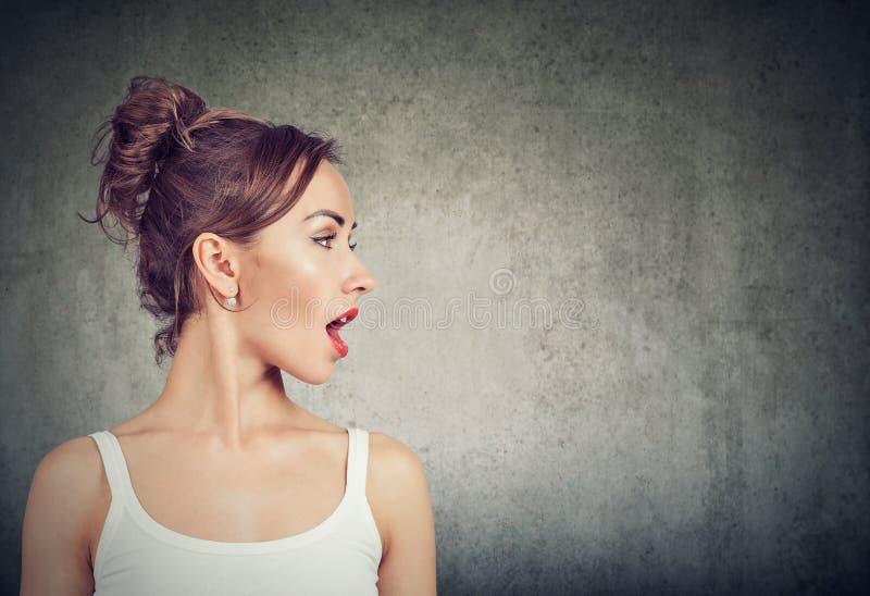 Femme de portrait de profil de vue de côté de plan rapproché parlant avec la bouche ouverte photos libres de droits