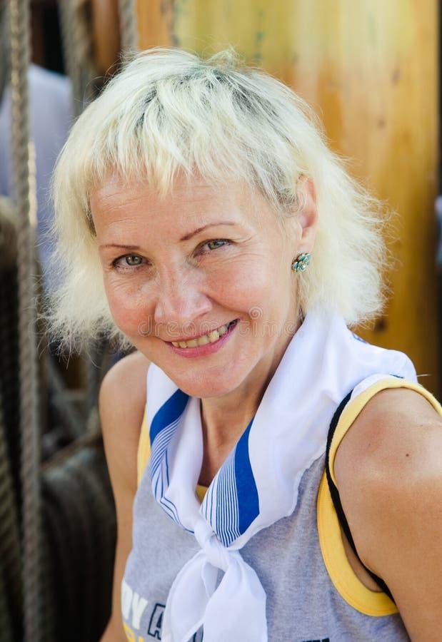 Femme de portrait sur le voilier photos libres de droits
