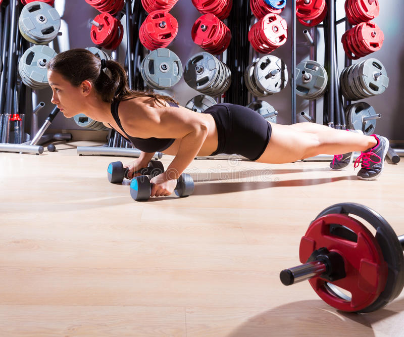 Femme de pousées avec la forme physique de séance d'entraînement d'haltères photo stock