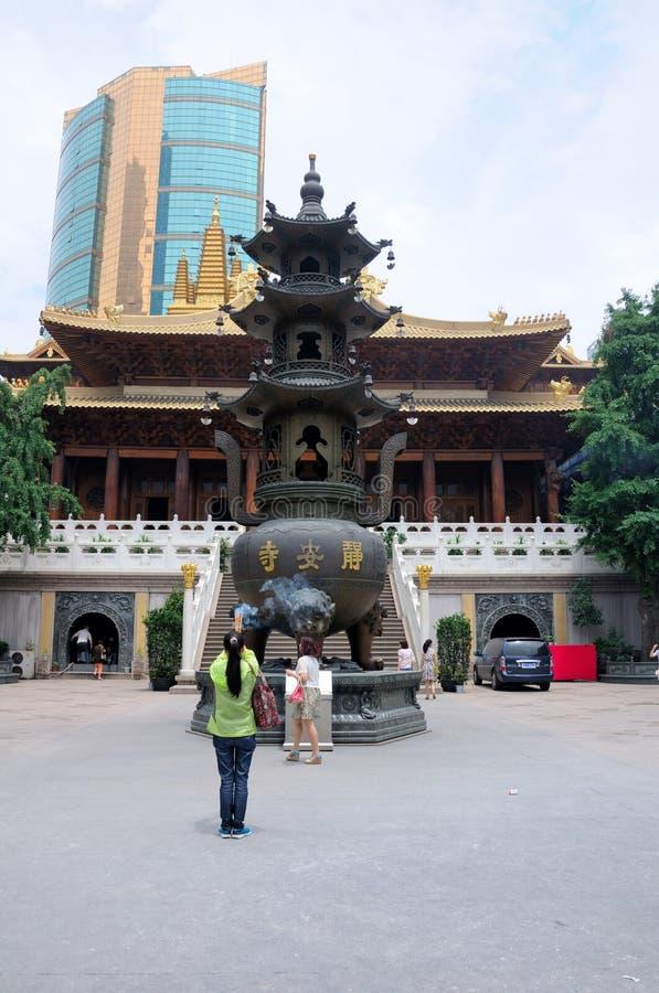Femme de prière au temple bouddhiste images stock