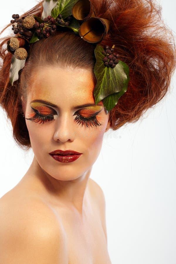 Femme de projectile de beauté dans le renivellement d'automne photographie stock libre de droits