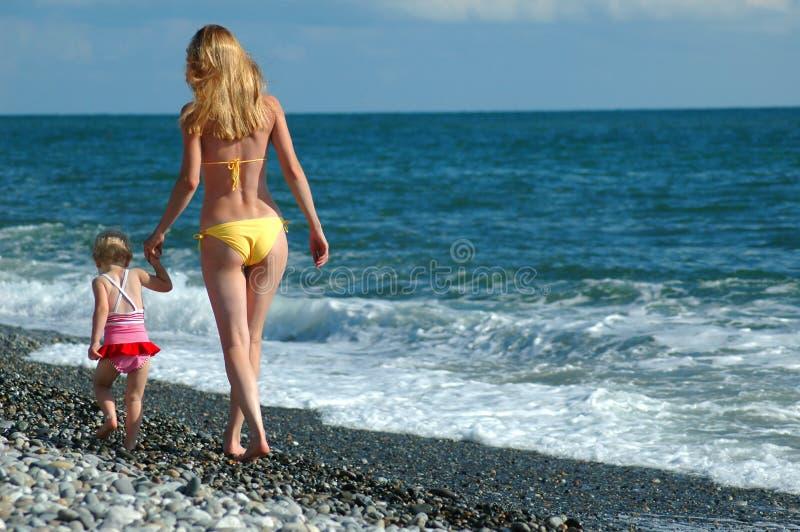 femme de promenade d'enfant de plage photo libre de droits