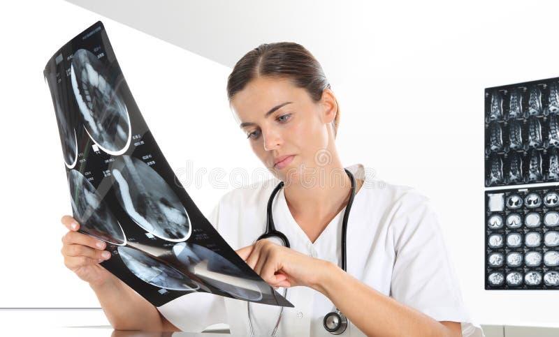 Femme de radiologue vérifiant le rayon X, soins de santé photographie stock