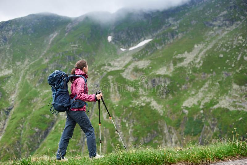 Femme de randonneur appréciant la vue de la haute une montagne image libre de droits