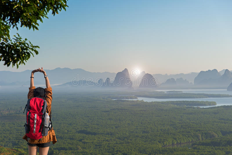 Femme de randonneur sentant le revêtement victorieux sur la montagne image libre de droits