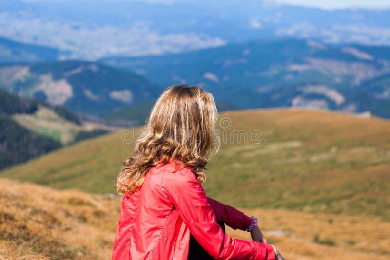 Femme de randonneur sur un arrêt dans les montagnes photographie stock