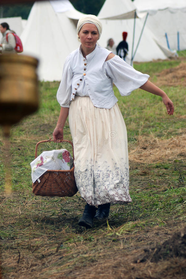 Femme de Reenactor à la reconstitution historique de bataille de Borodino en Russie photographie stock
