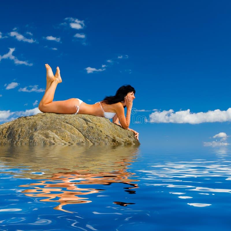 femme de relaxation de plage photos stock