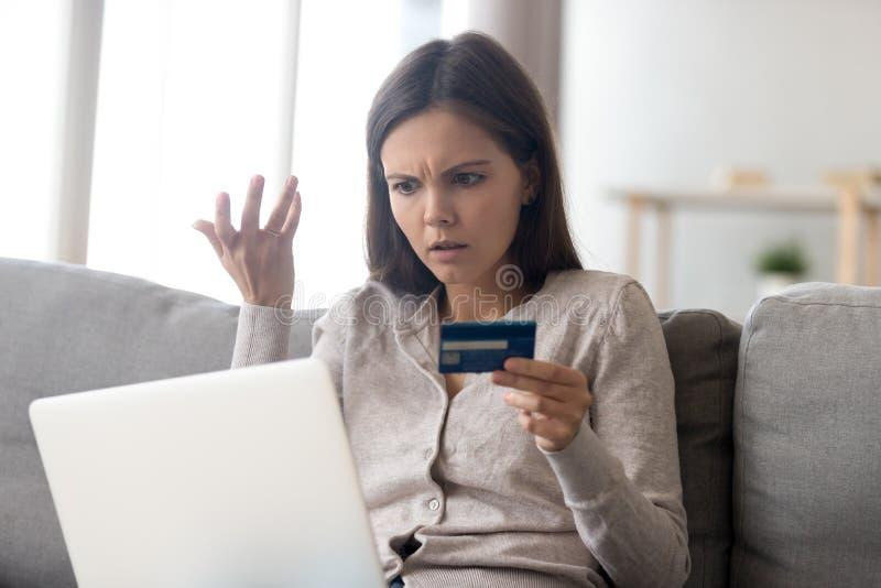 Femme de renversement employant le service bancaire en ligne, problème avec la carte de crédit image libre de droits