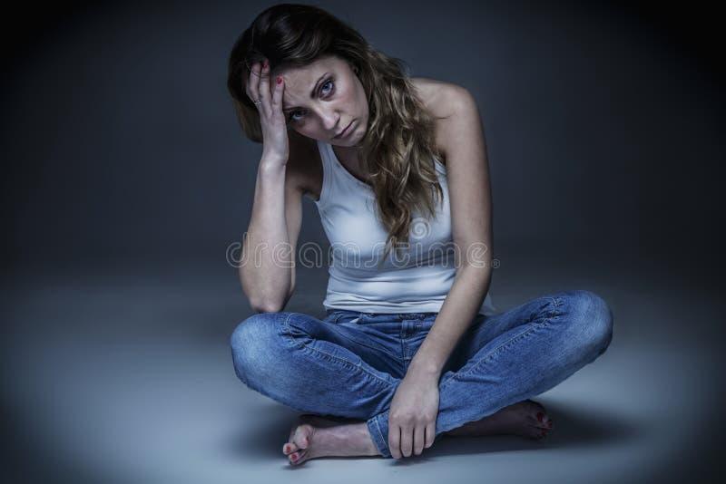 Femme de renversement la coupant avec de longs cheveux lisses de cisaillements Concept de soins capillaires photos stock