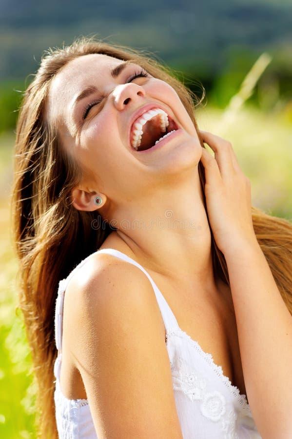 Femme de rire insousiante image stock