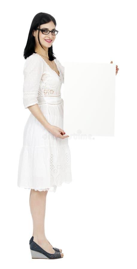 Femme de robe d'été tenant le signe image libre de droits