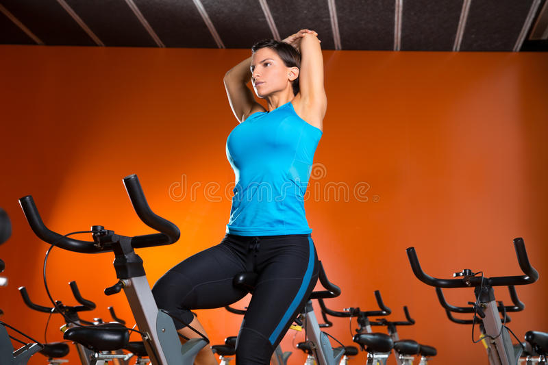 Femme de rotation d'aérobic étirant des exercices après séance d'entraînement photographie stock libre de droits