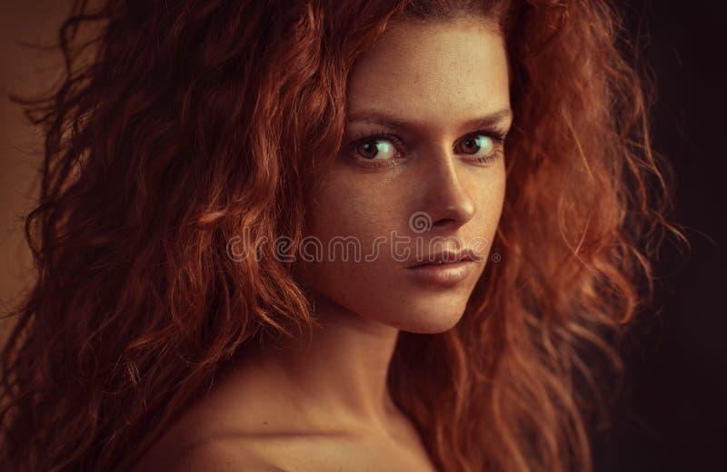 femme de rouge de verticale de cheveu image libre de droits