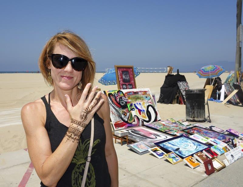 Femme de roux avec une conception provisoire de henné photographie stock libre de droits